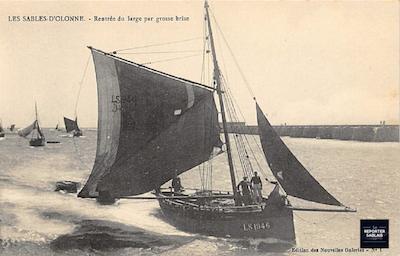 Bateau de pêche dans le chenal des Sables d'Olonne