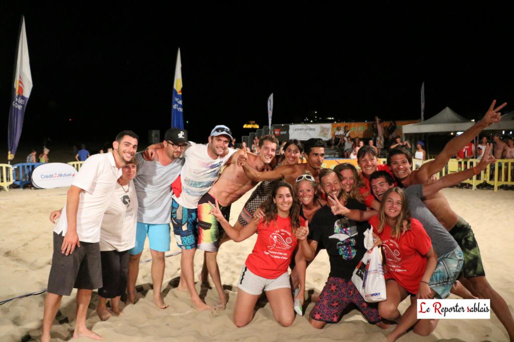 Joueurs et bénévoles pour la dernière photo.... A droite, en short vert, Ludovic Courtois (Nat. 3 - Torcy) 4ème place du Beach. Au milieu, en casquette bleue ciel et lunette, le président du SEC Volley-Ball.