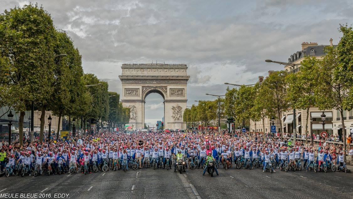 Meules bleues aux Champs-Elysées - Photo DR